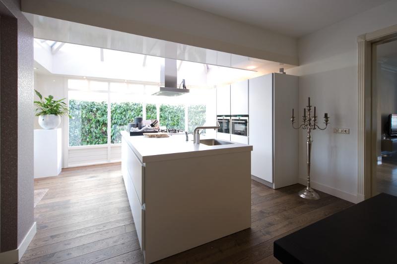 Wit kookeiland in huiskamersetting
