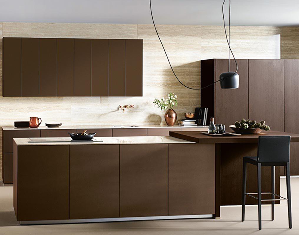 Bruine keuken met wit werkblad