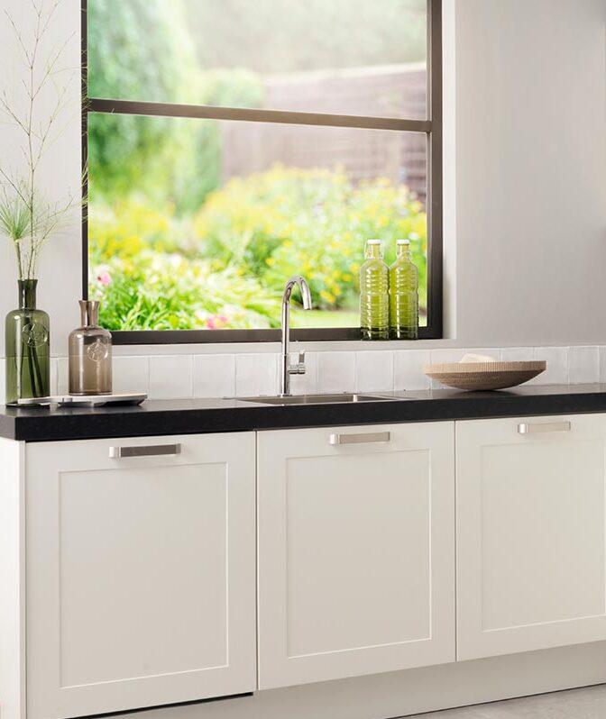 Wit keukenblok met zwart keukenblad
