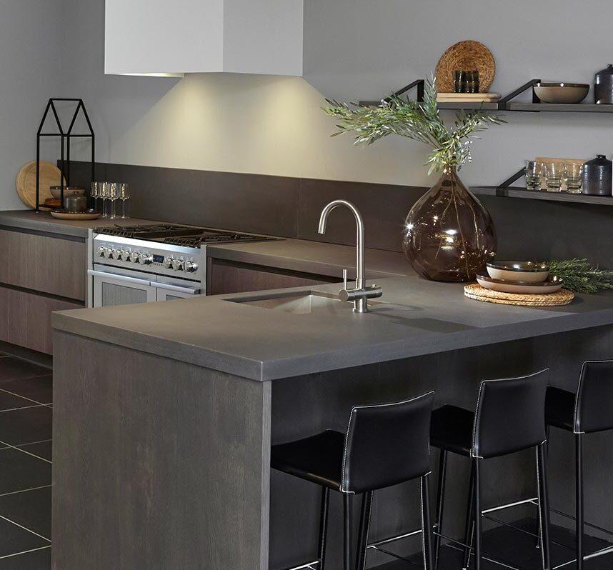 Donkere keuken met schiereiland