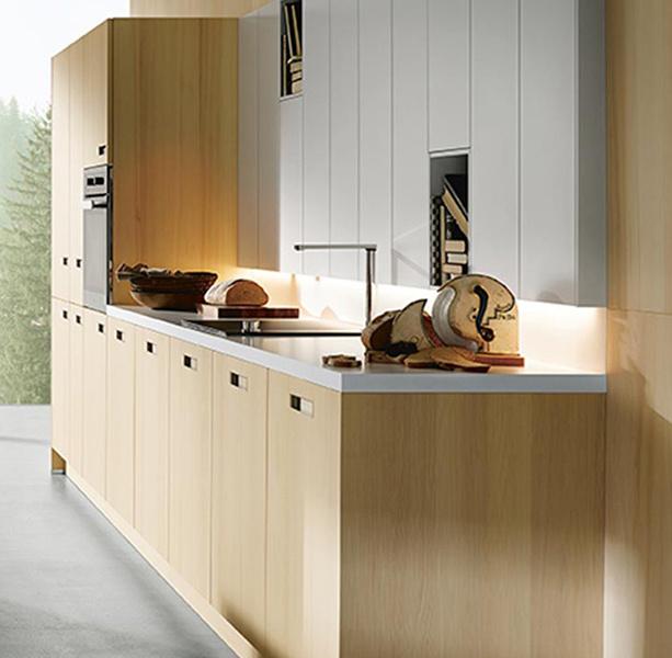 Rechte keuken met wit werkblad
