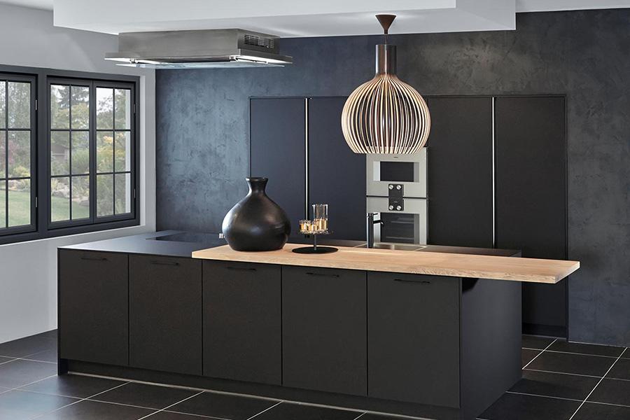 Zwarte rechte keuken met eiland
